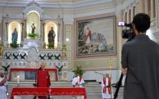 """""""Deus está reinventando o mundo, resignificando relações e modos de proceder"""", diz Dom Gil durante Missa de Ramos"""