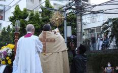 Com as devidas adaptações, celebração de Corpus Christi é marcada pela presença de fiéis e cortejo no centro de Juiz de Fora